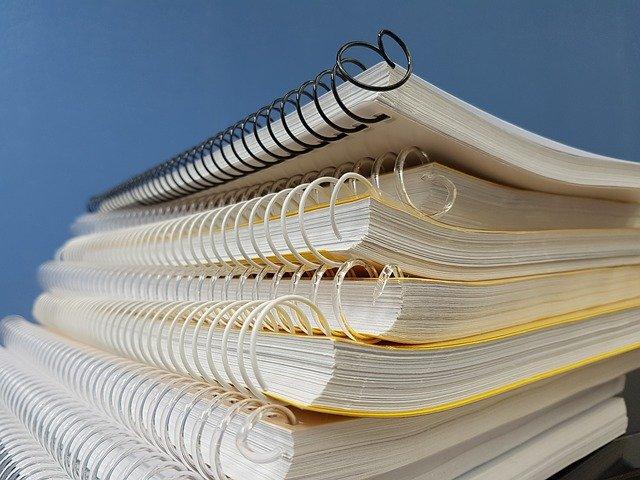 Okładki na książki i zeszyty – jakie produkty dostępne są na rynku?